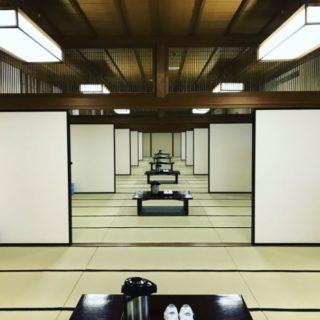 楽屋には鏡のような部屋並び不思議の国の準備が進む